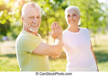 geven, positief, paar, hoog vijf, buitenshuis, senior