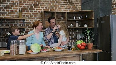geven, vrolijke , vijf, voedingsmiddelen, thuis, het bereiden, het koken van de familie, samen, wachten, keuken, vrolijk, hoog, na, ouders, kinderen