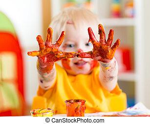 geverfde, vrolijke , kind, handen