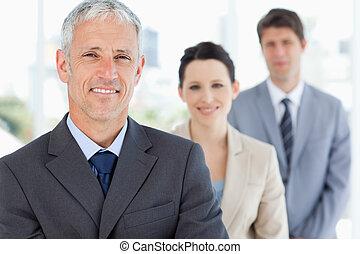 gevolgde, zakenlui, twee, jonge, directeur, middelbare leeftijd