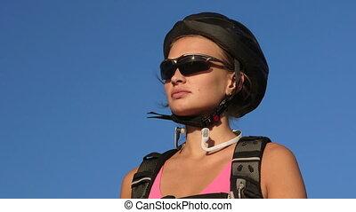 gezicht, van, jonge vrouw , fietser, op, de fiets van de berg, drinkwater, gedurende, cycling