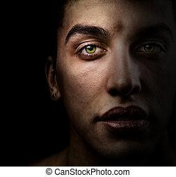 gezicht, van, mooi, man, met, groene ogen, in, de, schaduw
