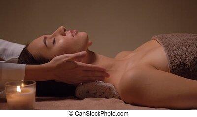 gezicht, voer massage aan, vrouw, spa, hebben
