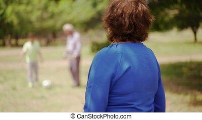 gezin, 11-happy, oma, senior, voetbal, spelend