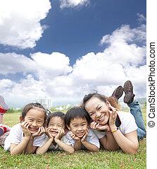 gezin, aziaat, achtergrond, gras, wolk, vrolijke