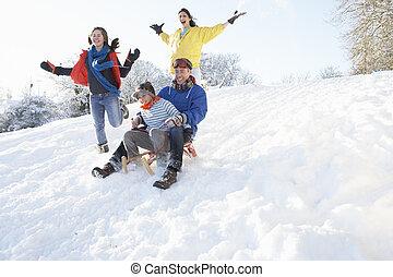 gezin, besneeuwd, onderaan heuvel, sledging, plezier, hebben