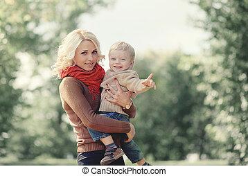 gezin, buitenshuis, zoon, herfst, moeder, plezier, verticaal, hebben, vrolijke