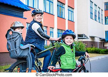 gezin, cycling, moeder, met, vrolijke , geitje, fietsende , buitenshuis
