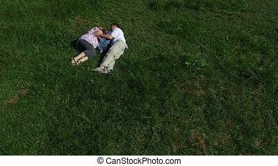 gezin, gras, het liggen