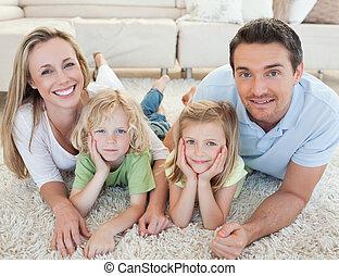 gezin, het liggen, op het tapijt