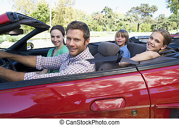 gezin, in, converteerbare auto, het glimlachen