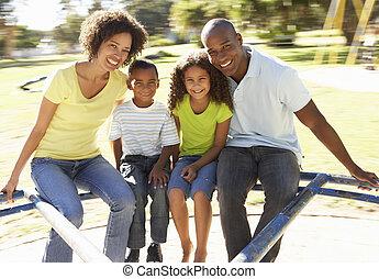 gezin, in park, paardrijden, op, rotonde