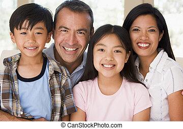 gezin, in, woonkamer, het glimlachen