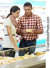 gezin, kies, voedingsmiddelen, op, shoppen , in, supermarkt