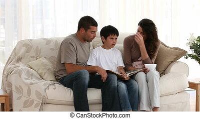 gezin, kijken naar, een, foto gedenkboek