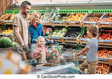gezin, met, boodschappenwagentje, in, supermarkt