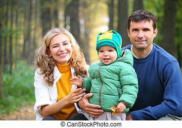 gezin, met, jongen, in, herfstachtig, hout