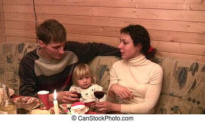 gezin, met kind, bij lijst, met, wijntje