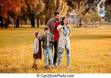 gezin, met, kinderen, zeepbellen