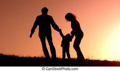 gezin, met, klein meisje, ondergaande zon , silhouette