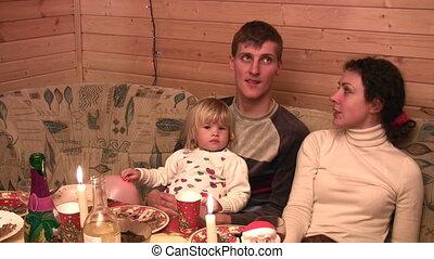 gezin, met, kleine, meisje, het spreken, op, feestelijk, tafel