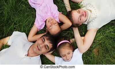 gezin, met, twee, kleine meisjes, ligt, op, wei