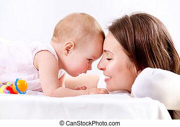 gezin, moeder, baby, kussende , hugging., vrolijke