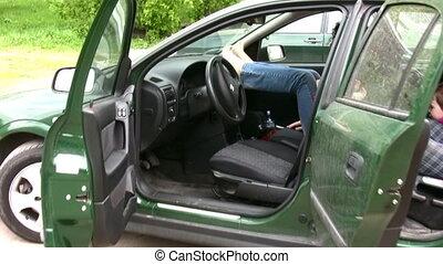 gezin, moeder met kinderen, in auto