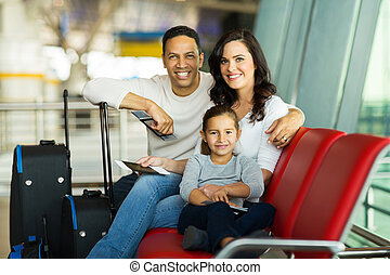 gezin, op, luchthaven, wachten, voor, vlucht