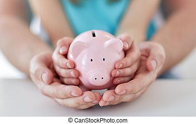 gezin, op, piggy, handen, afsluiten, bank
