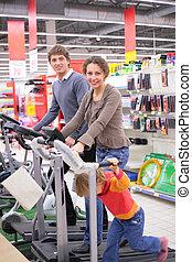 gezin, op, sporten trainende, apparaat, in, winkel