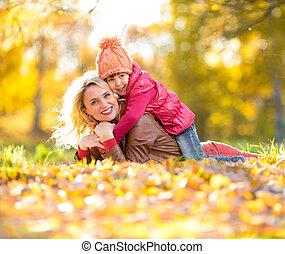 gezin, ouder, leaves., samen, het vallen, geitje, ou, het liggen, vrolijke
