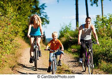 gezin, paardrijden, bicycles, voor, sportende