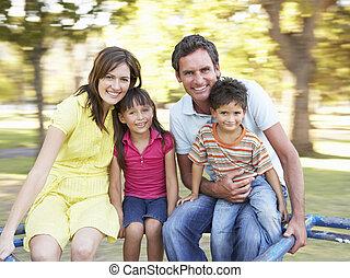 gezin, paardrijden, op, rotonde, in park