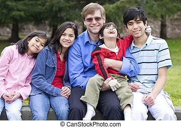 gezin, park, zoon, invalide, interracial, het genieten van, dag, vrolijke