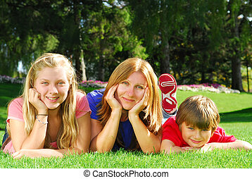 gezin, relaxen, in, een, park
