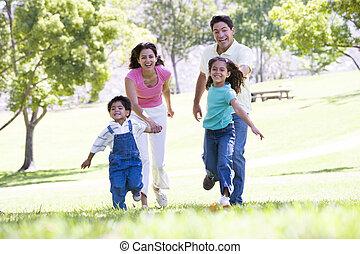 gezin, rennende , buitenshuis, holdingshanden, en, het glimlachen