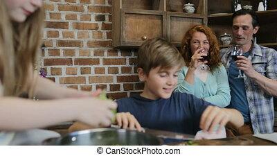 gezin, saladevoedsel, het koken, samen, vrolijk, klesten, ouders, het bereiden, wijntje, drinkt, vrolijke , kinderen, keuken