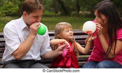 gezin, slag, ballons, zitting op de rechtbank, in park