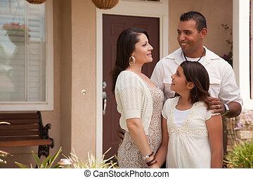 gezin, spaans, hun, huis voorkant, kleine