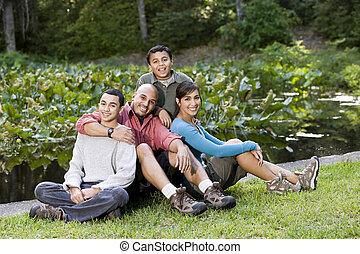gezin, spaans, twee jongens, buitenshuis, verticaal