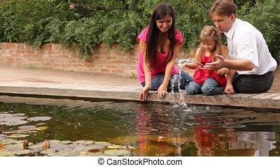 gezin, spelend, met, water, dichtbij, pond