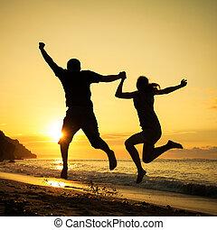 gezin, springt, tijd, dageraad, strand, vrolijke