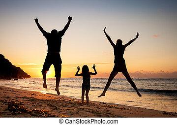 gezin, springt, tijd, strand, dag, vrolijke