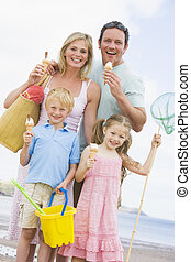 gezin, staand, op, strand, met, ijs, het glimlachen