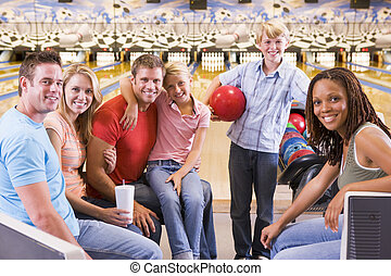 gezin, twee, steegje, bowling, het glimlachen, vrienden