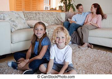 gezin, uitgeven, tijd, in, de, woonkamer