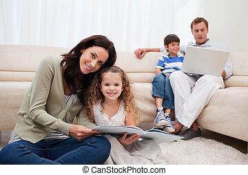 gezin, uitgeven, vrije tijd, in, de, woonkamer