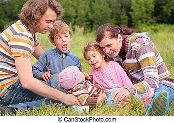 gezin, van, vijf, verticaal, op, gras