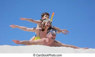 gezin, van, zwemmers, ligt, spelend, weergeven, vliegtuigen